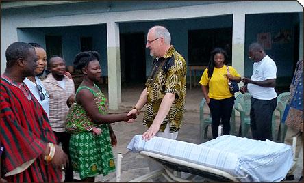 Übergabe eines Klinikbettes im Dorf